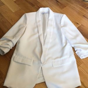 Long, white blazer, ruched sleeves